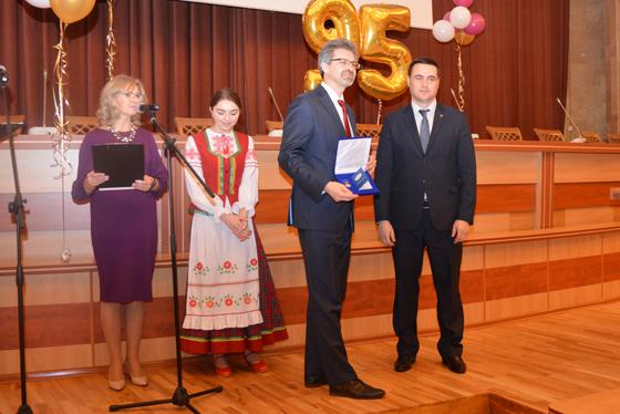 Награды вручил главный ученый секретарь НАН А. И. Иванец