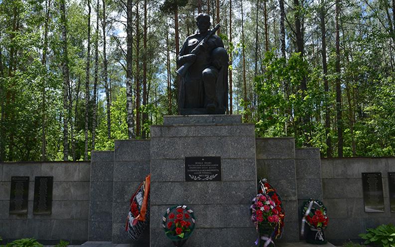 Стена Памяти с именами погибших партизан