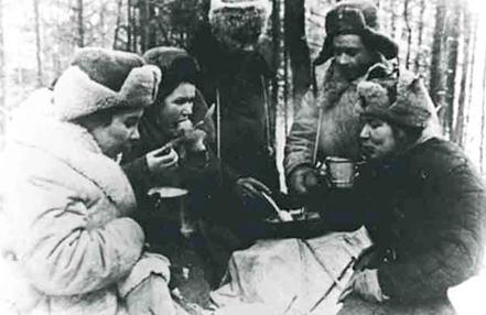 Лилия Карастоянова среди партизан фото